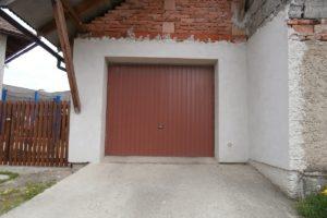 Výklopná garážová vrata s pohonem na dálkové ovládání - realizace Dubicko