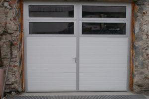Dvoukřídlá garážová vrata s dvěmi prosklenými hliníkovými sekcemi